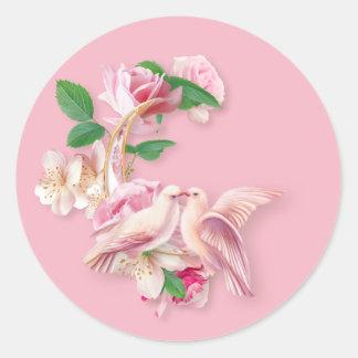 Etiquetas redondas de beijo cor-de-rosa das pombas