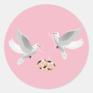 Etiquetas redondas do rosa das pombas do casamento
