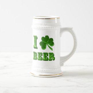 Eu amo a caneca de cerveja do dia de St Patrick do