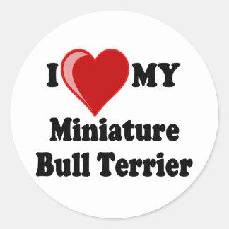 Eu amo (coração) meu cão diminuto de bull terrier adesivo em formato redondo