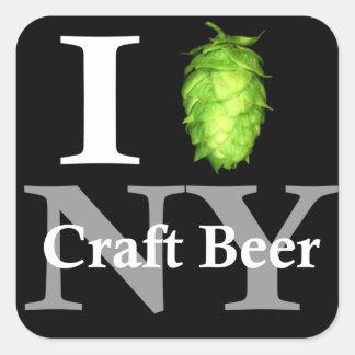 Eu amo (salto) a cerveja do artesanato de NY! Adesivo Quadrado