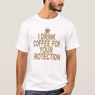 EU BEBO O CAFÉ PARA SUA PROTEÇÃO. .png Camiseta
