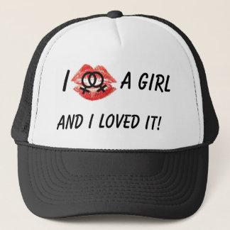Eu beijei uma menina, chapéu negro boné