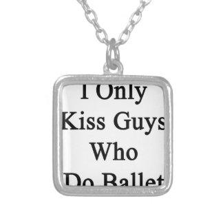 Eu beijo somente as caras que fazem o balé colar com pendente quadrado
