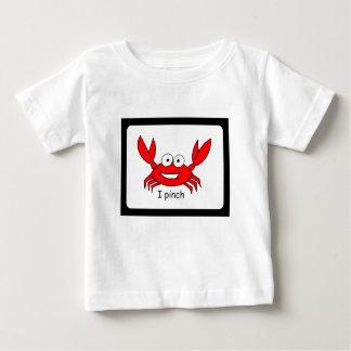 Eu comprimo a camisa da criança
