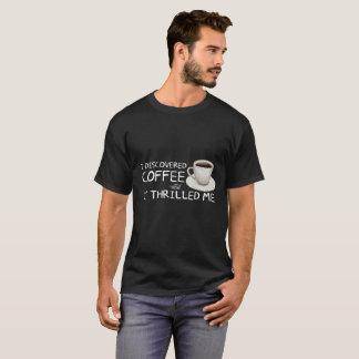 """""""Eu descobri a camisa escura dos homens do café"""""""