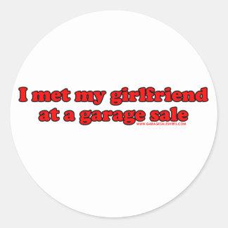 Eu encontrei meu namorada em uma venda de garagem adesivo em formato redondo
