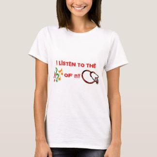 Eu escuto a música de meu estetoscópio camiseta