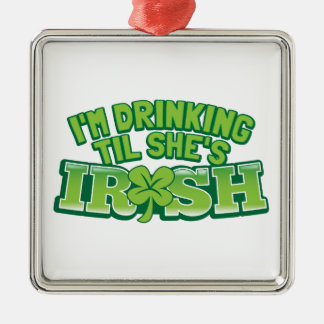 Eu estou bebendo até que for desig irlandês do Dia Ornamento Quadrado Cor Prata