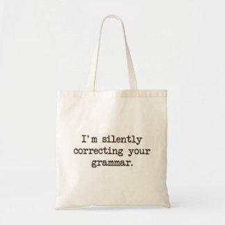 Eu estou corrigindo silenciosamente sua gramática bolsa tote