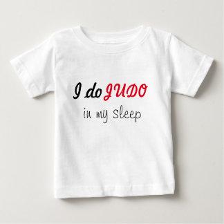 Eu faço o judo em meu t-shirt do sono