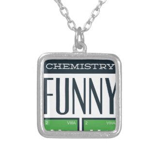 Eu fiz uma química engraçada aqui colar banhado a prata