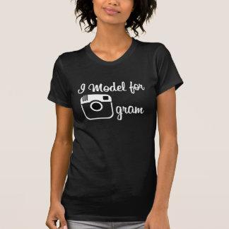 Eu modelo para o t-shirt do grama