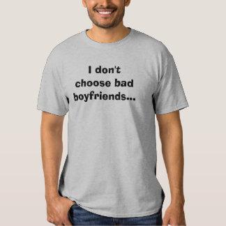 Eu não escolho namorados maus… tshirt