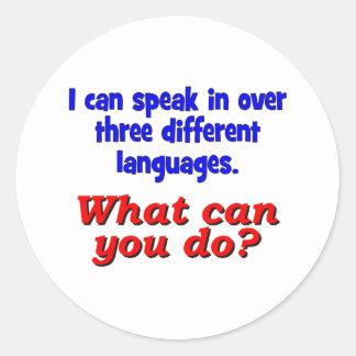 Eu posso falar dentro sobre três línguas adesivos redondos
