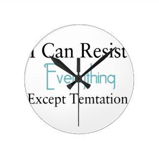 Eu posso resistir tudo exceto a tentação relógio de parede