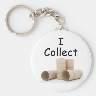 Eu recolho o chaveiro dos rolos do papel higiénico