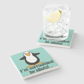 Eu sou cercado por idiota! Pinguim engraçado Porta-copos De Pedra