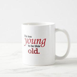 Eu sou demasiado novo ser esta tomada engraçada caneca de café