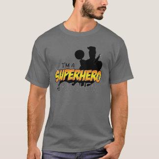 Eu sou um super-herói na camisa cinzenta escura da