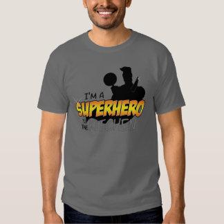 Eu sou um super-herói na camisa cinzenta escura da tshirts