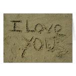 Eu te amo escrito na areia cartao