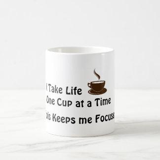 Eu tomo a vida um copo de cada vez - caneca de