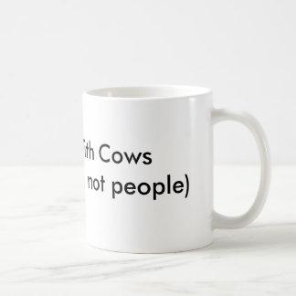 Eu trabalho com a caneca bebendo das vacas