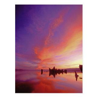 EUA, Califórnia. Nascer do sol no mono tufo do Cartão Postal