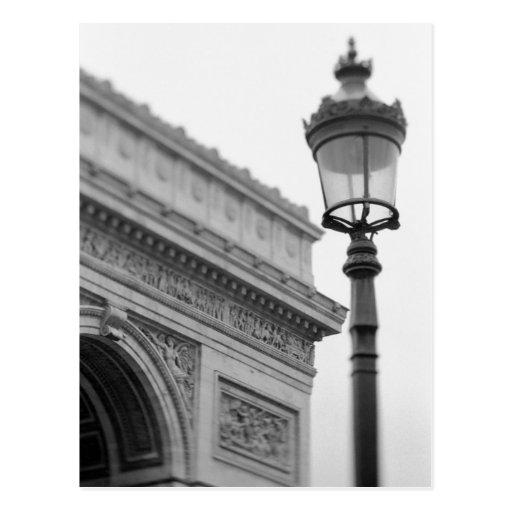 Europa, France, Paris. Arco do Triunfo e Cartao Postal