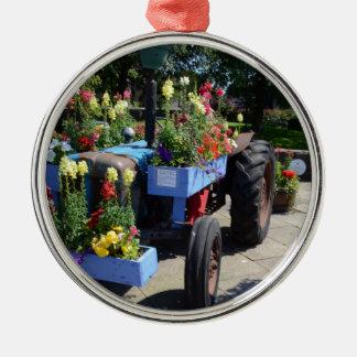 Exposição floral do trator velho ornamento redondo cor prata