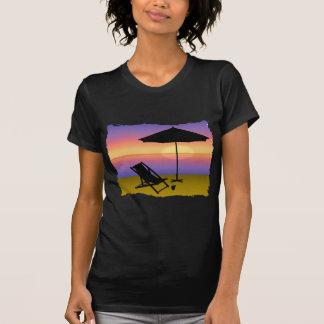 Extremidade dos dias na praia com guarda-chuva e c tshirt