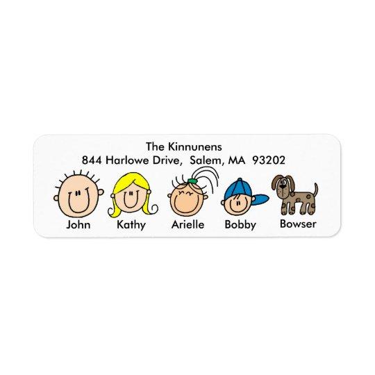Família com etiquetas de endereço do cão