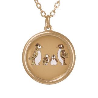 Família dos pinguins colar banhado a ouro