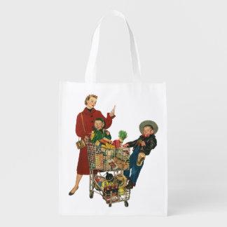 Família retro, mamã e miúdos, compras na mercearia sacolas ecológicas