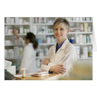 Farmacêuticos no contador da farmácia de varejo cartao