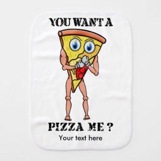 Fatia de pizza que veste luvas de encaixotamento paninhos de boca