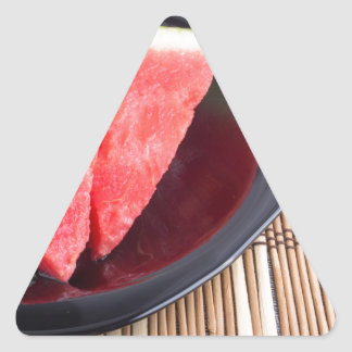 Fatias de melancia vermelha em uma placa preta adesivo triangular