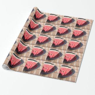 Fatias de melancia vermelha em uma placa preta papel de presente