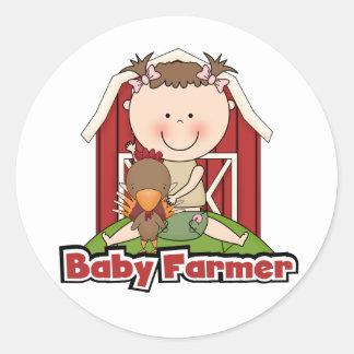 Fazendeiro de bebê com camiseta e presentes do adesivo