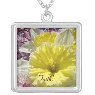 Fé! Daffodils amarelos dos presentes da páscoa da Colar Com Pendente Quadrado