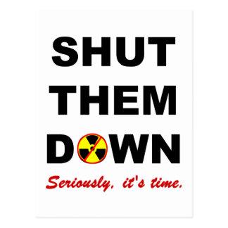 Fechado lhes abaixo do slogan antinuclear cartao postal