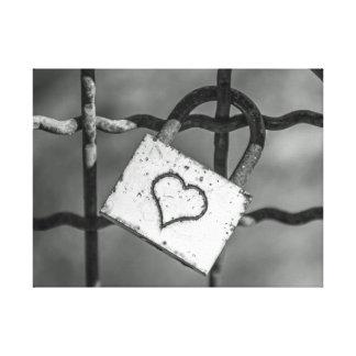 Fechamento do amor no impressão preto e branco das