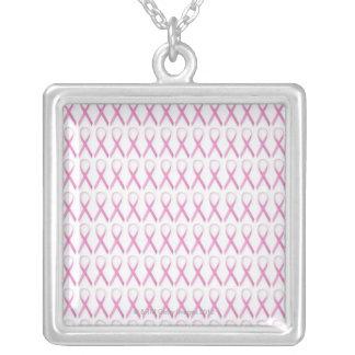 Feche acima das fitas da consciência do cancro da colar banhado a prata