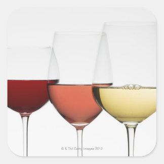 Feche acima dos vidros de vinhos diferentes adesivo em forma quadrada