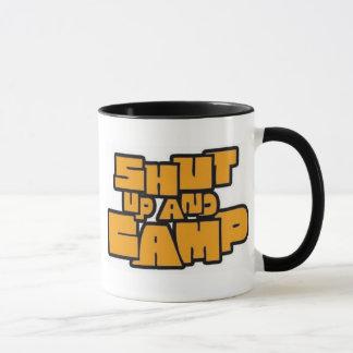 Feche acima e acampe caneca (o copo de café)
