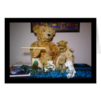 Feliz aniversario com o urso de ursinho do mestre cartão comemorativo