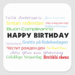 Feliz aniversario na etiqueta de muitas línguas adesivo quadrado