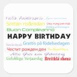 Feliz aniversario na etiqueta de muitas línguas adesivo em forma quadrada