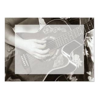 Fêmea com opinião da mão e do quadril da guitarra convites personalizado